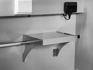För att underlätta laddning så placeras hyllan för batteriladdaren på valfri plats